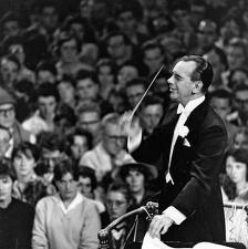 Sir Malcolm conducts the 'last night of the Proms' / britannica.com