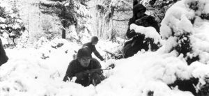 US soldiers fighting in typical Ardennes winer weather /warfarehistorynetwork.com